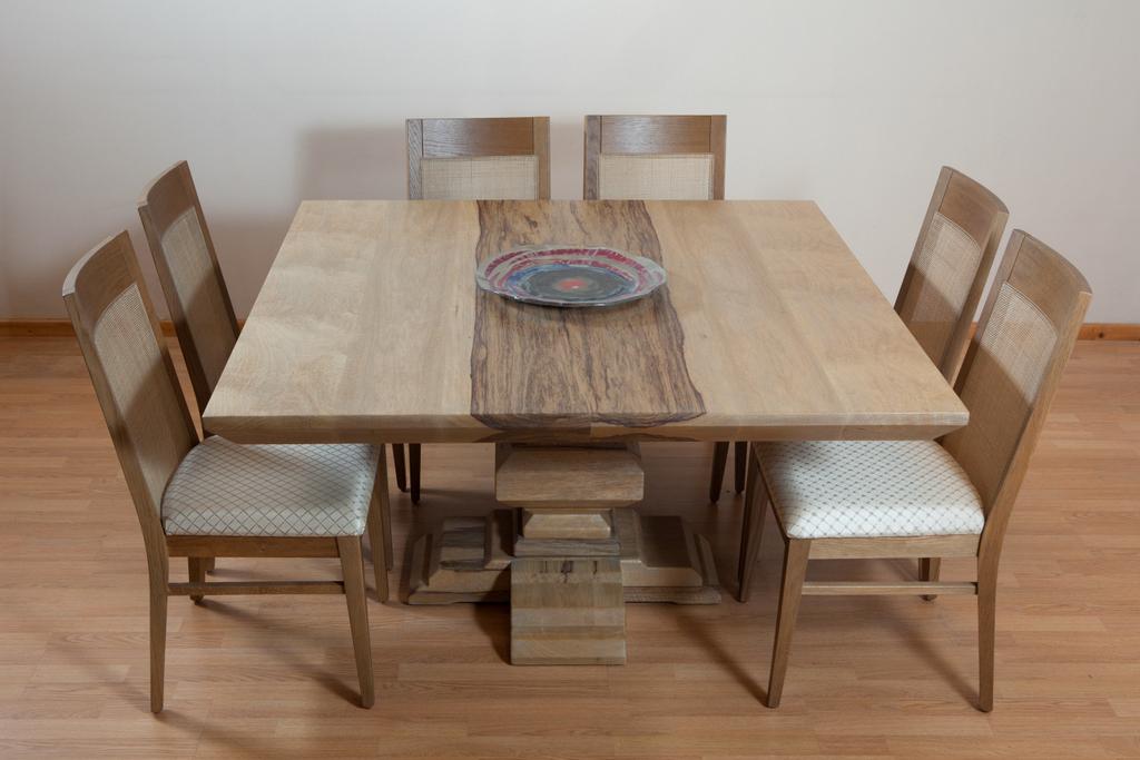 שולחן מרובע מעץ אגוז אפריקאי