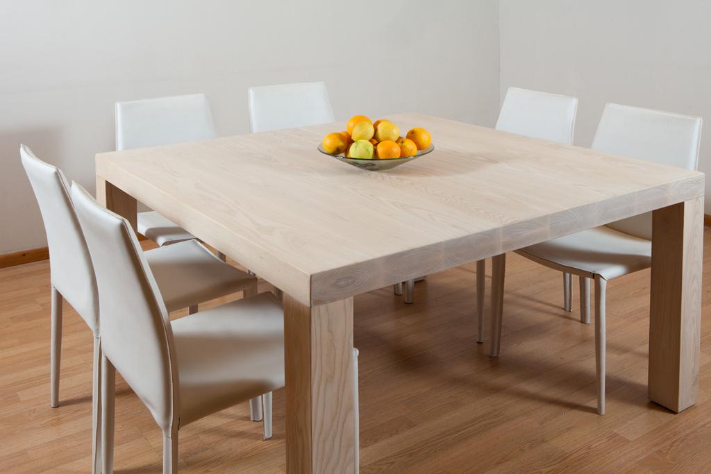 שולחן מרובע מעץ אשה