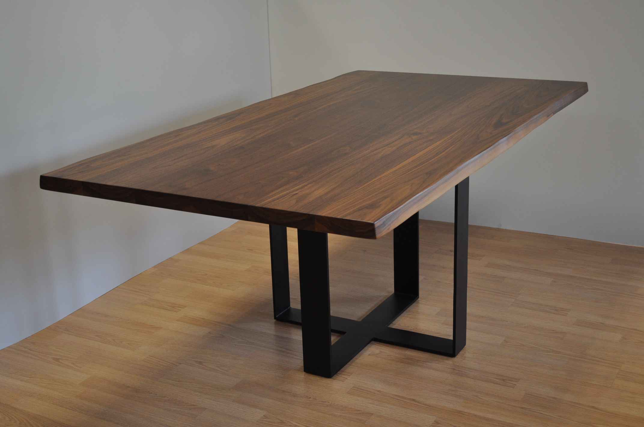 שולחן עץ מלא אגוז אמריקאי – דגם מוסקט