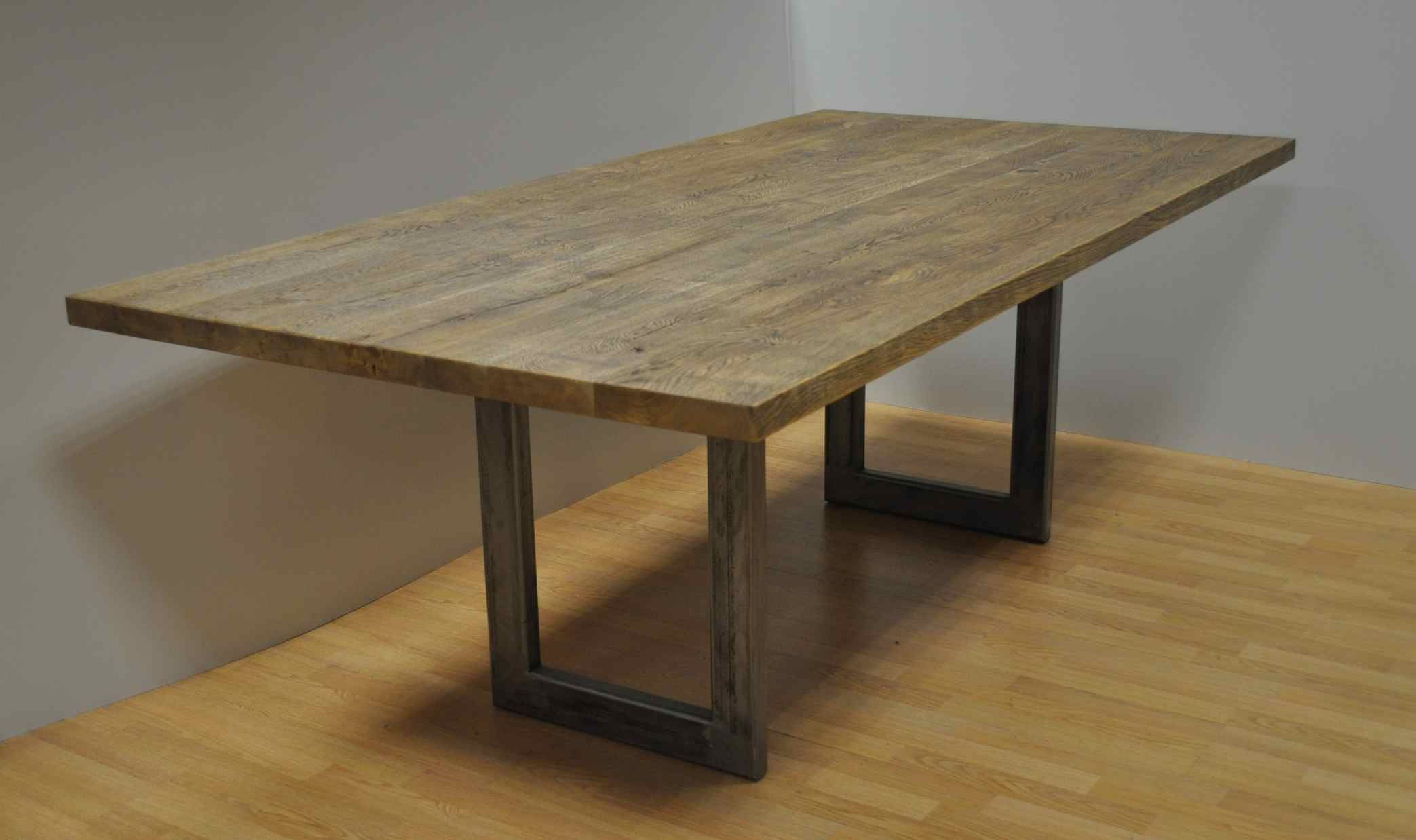 שולחן אוכל עץ אלון מבוקע ומעושן עם רגל ממתכת